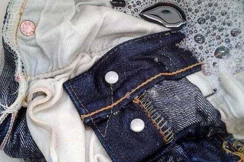 Giặt quần jeans không bị phai màu